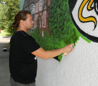 """Zwei Tage lang verschönerte der Düsseldorfer Graffiti-Künstler Andi Ponto von der """"Dac Crew"""" die Unterführung zwischen Pennigbüttel und Wiste.   Foto: Bosse"""