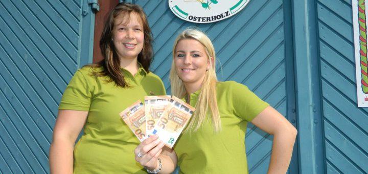"""Alena Rotthege und Nadine Baumann (von links) locken mit einem 150-Euro-Gewinn für das Fotobox-Siegerbild beim diesjährigen """"Ladies Markt"""". Foto: Bosse"""