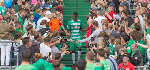 """Im vergangenen Jahr wurde Neuzugang Lamine Sané beim """"Tag der Fans"""" euphorisch von den Anhängern begrüßt. Foto: Nordphoto"""
