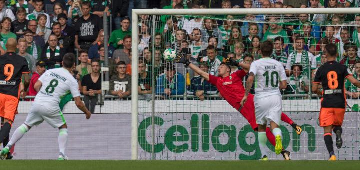 Werders neuer Torwart Jiri Pavlenka kann das 0:1 gegen Valencia nicht verhindern. Foto: nphvlenka