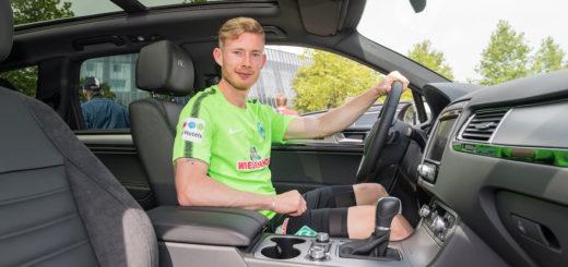 Werders Florian Kainz an Bord seines neuen Dienstwagens, den er am Dienstag in Empfang nahm. Foto: Nordphoto