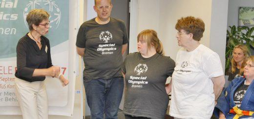 Die Vorstandsvorsitzende der Bremer Special Olympics, Ingelore Rosenkötter (l.), im Gespräch mit drei Athleten, die bei den Landesspielen der Special Olympics antreten. Foto: Barth
