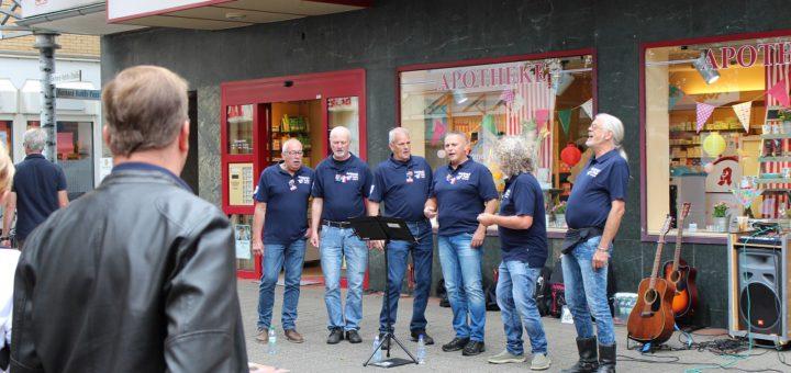 """Der Samstag stand ganz im Zeichen der Straßenmusik. Die Gruppen musizierten an fünf verschiedenen Standorten in der Vegesacker Fußgängerzone. So wie """"Armstrong's Patent"""" an der Ellipse. Foto: Harm"""