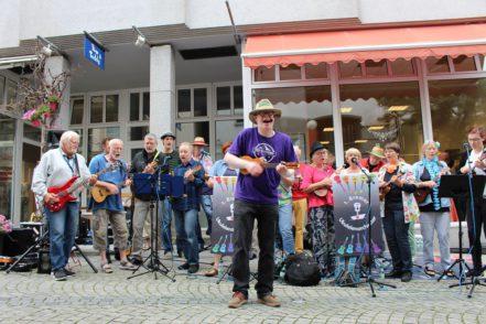 Das 1. Bremer Ukulelenorchester sorgte an der Reeder-Bischoff-Straße für gute Stimmung. Foto: Harm