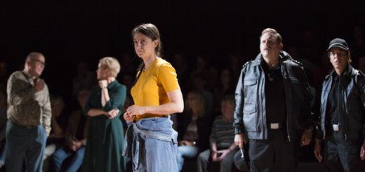Die Schauspielerinnen und Schauspieler agieren bei Utøya zwischen den Zuschauern. Foto: Stephan Walzl