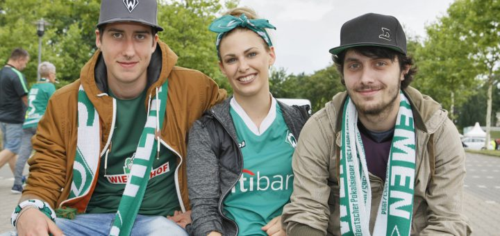 """Drei Werder-Fans beim Tag der Fans erzählen, was sie in der neuen Saison von Werder Bremen erwarten. Ansonsten gilt für diesen Tag des Valencia-Spiels: """"Wir wollen feiern."""""""