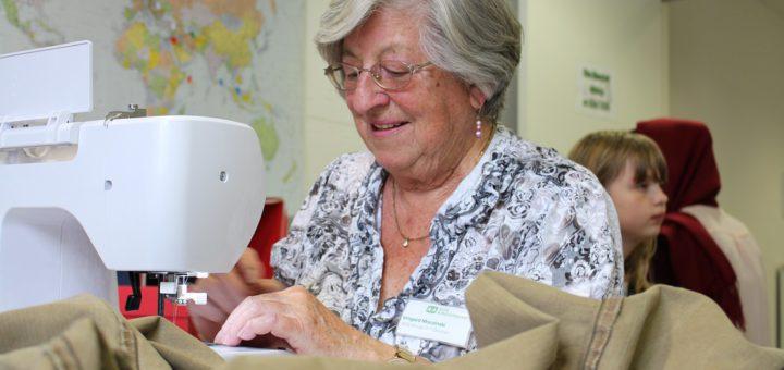 Irmgard Moczinski ist Ehrenamtliche und steht den Besuchern der offenen Nähwerkstatt mit Rat und Tat zur Seite. Foto: Füller