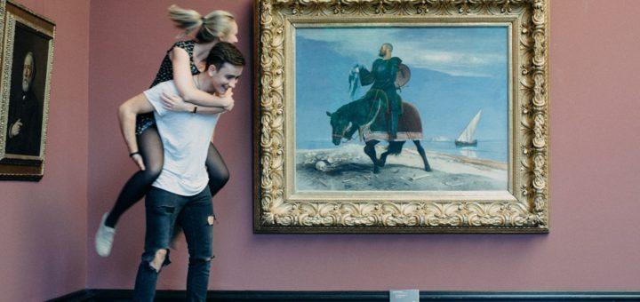"""""""Der Abenteurer"""" von Arnold Böcklin (1882) kann jugendliche Besucher auch schon mal zu Albernheiten inspirieren. Und das ist durchaus gewollt – hauptsache, man nimmt Rücksicht auf die Kunstwerke und andere Besucher. Foto: Oliver Ahlbrecht"""