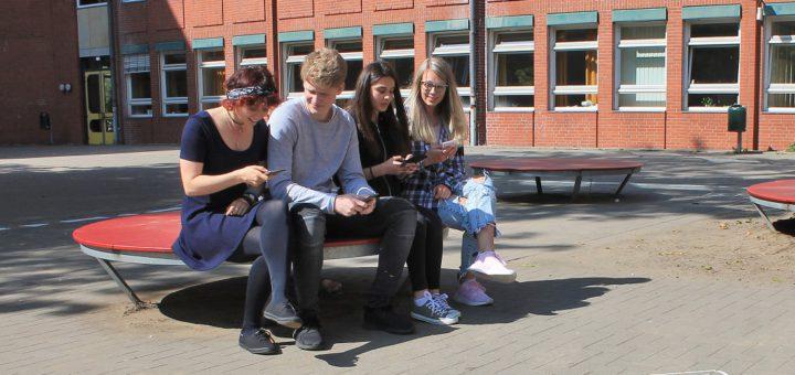 Das Handy ist nur an bestimmten Orten erlaubt – die Mensa und der Pausenhof außerhalb des ausgewiesenen Bereiches bleiben auf Wunsch der Schüler smartphonefreie Zone. Foto: Schütte