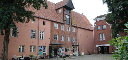 An der Hafenstraße steht das ehemalige Wohn- und Packhausgebäude – eines der ältesten und bedeutendsten Bauten Vegesacks. Foto: Harm