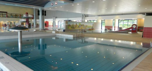 Die Schwimmbecken sind gefüllt, die Böden neu gefliest, Wände gestrichen und in neuer Farbgebung gestaltet. Ab Montag, 4. September, ist das Allwetterbad wieder geöffnet. Foto: Bosse