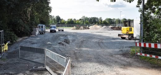 """Auf dem vorderen und rechten Teil des Areals soll die """"Circusschule Jokes"""" ihren festen Standort erhalten. Derzeit ist jedoch nicht klar, wann die Baurarbeiten weiter gehen. Foto: Schlie"""