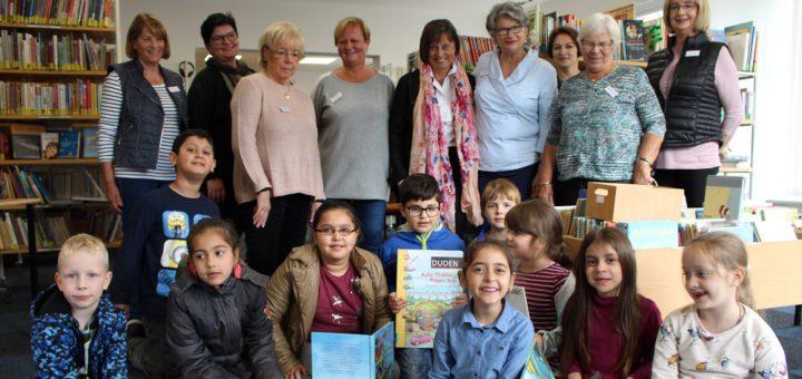 Viele Bücher, in denen gestöbert werden kann: Bei den Kindern kommt die neue Bücherei gut an. Ermöglicht wird sie durch ehrenamtliches Engagement. Foto: Harm