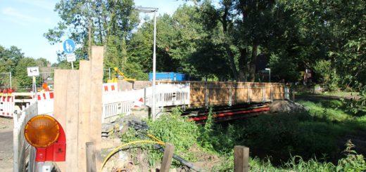 Was einst Holz war, bekommt nun eine Stahlbetonplatte: Die Brücke Im Dorfe/Braut-Eichen wird noch bis Ende November beziehungsweise Anfang Dezember neugebaut. Foto: Spier