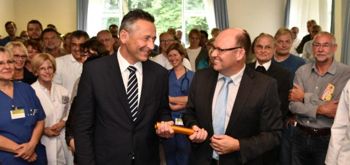 Bei der Verabschiedung seines Vorgängers, Thomas Breidenbach, hatte der neue JHD-Geschäftsführer Ralf Delker noch gut lachen. Foto: Konczak.