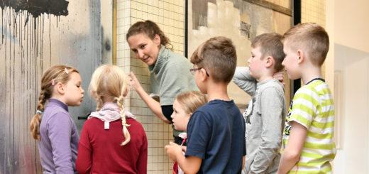 """""""Dreck aus Farbe ist schön"""": Den Teilnehmern der Kinderführung gefielen die Kunstwerke von Franz Burkhardt. Foto: Konczak"""