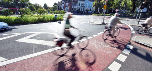 Der vor wenigen Wochen fertig umgebaute Verkehrsknotenpunkt Stern: Durch den breiteren Sicherheitsstreifen sollen die Radfahrer besser geschützt werden. Foto: Schlie