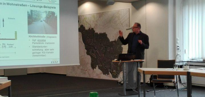 Projektleiter Wilhelm Hamburger stellte die Pläne für die erste Premiumradroute durch Bremen vor. Foto: Lürssen