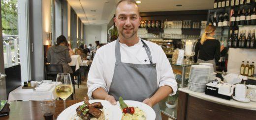 """""""Greta's""""-Chef Norman Fischer serviert auch mal persönlich. Foto: Barth"""