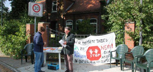 Am Freitag fand eine von der Bürgerinitiative organisierte Mahnwache vor der Dorfschule statt.Foto: Spier