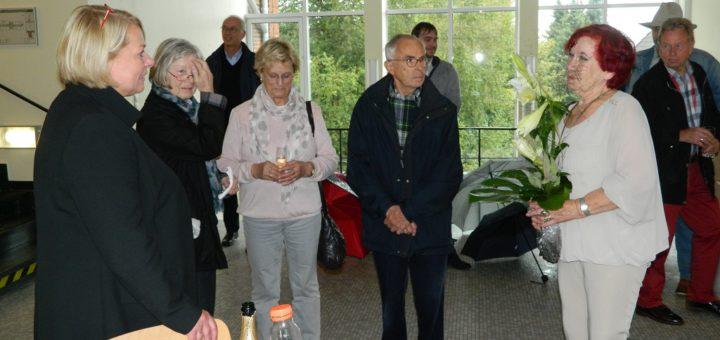 Im Beisein einiger Besucher führte die stellvertretende Direktorin des Amtsgerichts Osterholz-Scharmbeck, Inken Tittel (links), in die neue Ausstellung von Marlene Kook (rechts) ein. Foto: Bosse