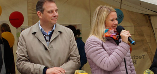 Christina Jantz-Herrmann (SPD) und Andreas Mattfeldt (CDU) bei Aktionen zum Internationalen Kindertag auf dem Marktplatz in Osterholz-Scharmbeck. Foto: red