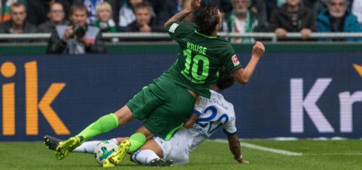 Thilo Kehrer (r.) senst Max Kruse um, der danach unglücklich fällt und sich schwer verletzt. Foto: Nordphoto