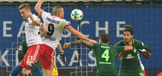 Bauer (Nr. 4) und Belfodil (r.) stemmen sich gegen die Hamburger Hahn (l.) und Papadoulos. Foto: Nordphoto