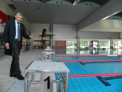 Als Geschäftsführer der Bäderbetriebe führte Bürgermeister Torsten Rohde Pressevertreter durch das für 2,5 Millionen Euro sanierte Allwetterbad.  Foto: Bosse