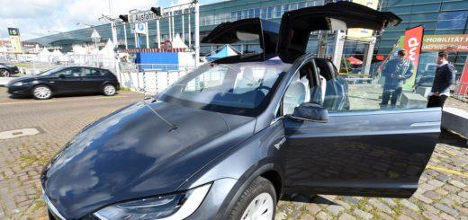"""Das X-Modell von Tesla mit den auffälligen """"Falcon Wings"""". Foto: Schlie"""