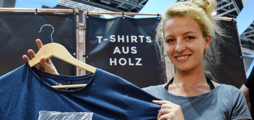 Überraschend weich: Aline Hauck verkauft T-Shirts aus Holz. Foto: Schlie