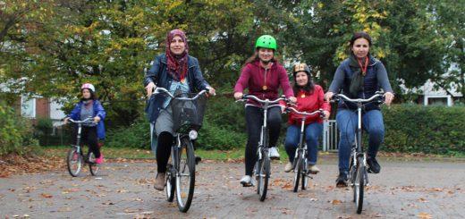 Zehn Tage lang haben die Frauen aus Syrien Fahrrad fahren gelernt und erste Touren im Stadtteil unternommen – Bestandteil war auch, das Kennenlernen der Verkehrszeichen.Foto: Harm
