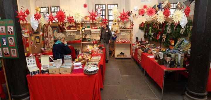 Kurz vor der Öffnung sind alle Stände des Weihnachtsmarktes dekoriert und vorbereitet. Fotos: DRK/Rospek