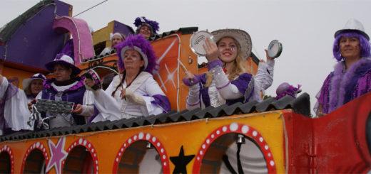 """Kostproben ihres Könnens präsentierte die Formation """"Samba la Moor"""" aus Pennigbüttel gestern zwischen Bremer Neustadt und Bürgerweide. Anlässlich des 50. Freimarktsumzuges warb das Ensemble für seinen eigenen Umzug am Sonnabend, 11. November. Unter dem Motto """"10 Jahre Samba in Pennigbüttel"""" wird dann zum """"Samba Moonlight Move"""" geladen. Foto: Möller"""