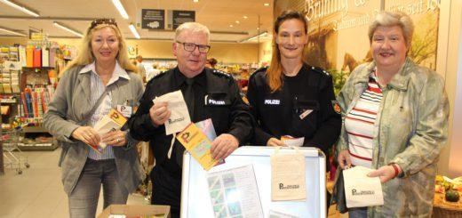 Gundmar Köster (2. v. links) und Michaela Freese (2. v. rechts) von der Polizei Bremen haben gemeinsam mit Edna Keßenich-Reiß (links) und Heike Sprehe (rechts) vom Präventionsrat Bremen-Nord auf die Tricks der Taschendiebe aufmerksam gemacht. Foto: Harm