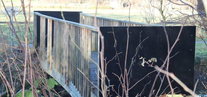 Die alte Holzbrücke war marode – Umweltbetrieb Bremen hat sie gesperrt und im Dezember 2016 abgerissen. Archivfoto: WR