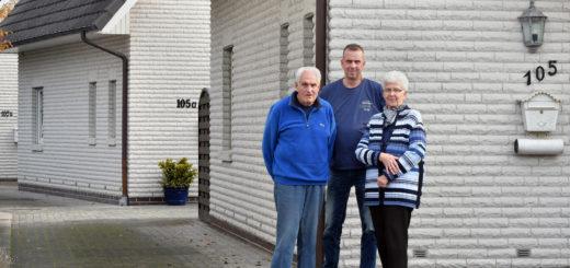 Ingrid und Karl-Heinz Sauer und ihr Nachbar Axel Kreuzer sind sauer, dass ab sofort hinter Hausnummer 105, nicht mehr 105 A und B sondern 104 B und C liegen sollen.Foto: Konczak