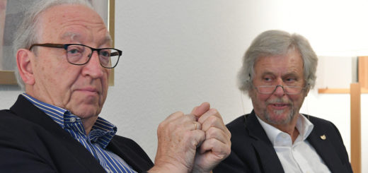 Prof. Dr. med. Eberhart Zrenner (links) war einer der rund 100 Teilnehmer des Symposiums, die Prof. Dr. Reto Weiler im Hanse-Wissenschaftskolleg begrüßen konnte. Foto: Konczak