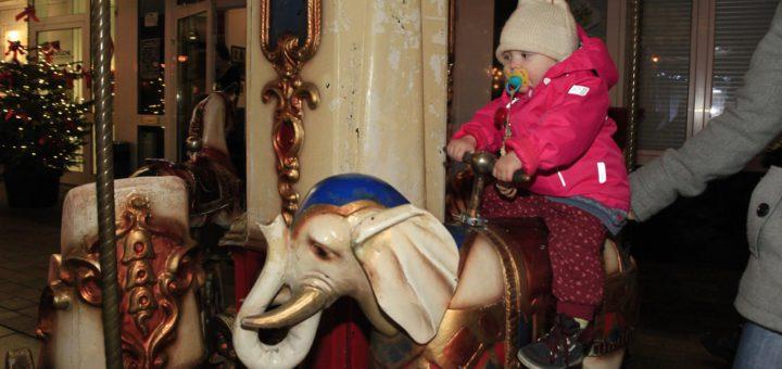 Auch ein Kinderkarussell wird wieder seine Runden auf dem Weihnachtsmarkt drehen und die jungen Besucher erfreuen. Foto: Eckert