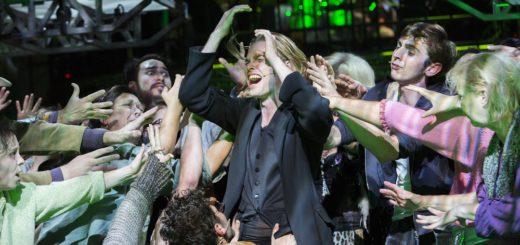 """Oedo Kuipers (Jesus) mit Ensemble. """"Jesus Christ Superstar"""" läuft noch mehrfach im Großen Haus im Oldenburgischen Staatstheater. Foto: Stephan Walzl"""