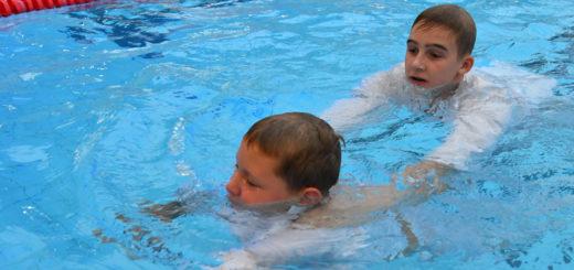 Die Kinder lernen beim Schwimmtraining, dass sie sich aufeinander verlassen können. Foto: Konczak