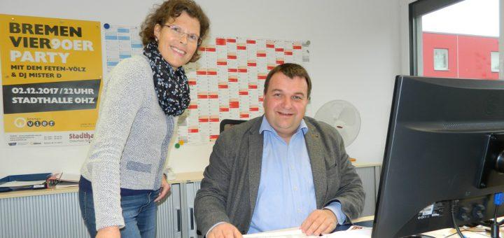 Ohne Kalender läuft nicht's: Stadthallenmanager Matthias Renken und Mitarbeiterin Christine Cassel-Schneider arbeiten emsig an den Planungen für das kommende Jahr. Foto: Bosse