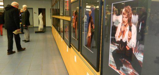 """Von Rod Stewart bis zu Tina Turner und den """"Village People"""" reicht die Bandbreite der Fotografien aus dem """"Musikladen"""" im Foyer des Osterholzer Kreishauses. Foto: Bosse"""