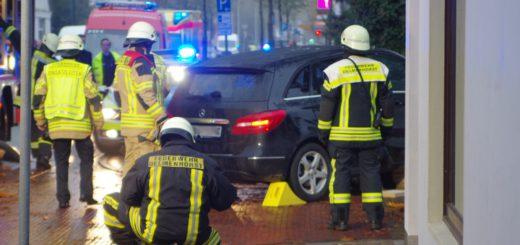 Pkw-Fahrer übersieht beim Abbiegen 15-jährige Radfahrerin. Sie wurde unter dem Fahrzeug eingeklemmt und musste von den Rettungskräften herausgeholt werden. Foto: gri