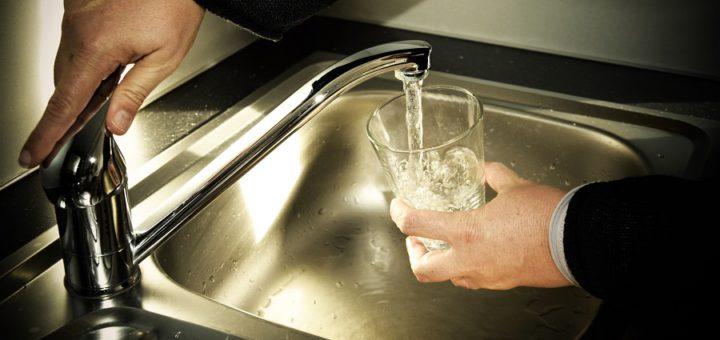 Das Delmenhorster Trinkwasser aus dem heimischen Wasserhahn ist besser als das abgefüllte Wasser aus dem Supermarkt. Das versichern Stadt und SWD.Foto: Nustede