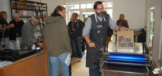 Nicht nur Künstler, auch Handwerker haben ihre Türen geöffnet. So kann man beispielsweise einer alten Druckerpresse bei der Arbeit zuschauen. Fotos: pv