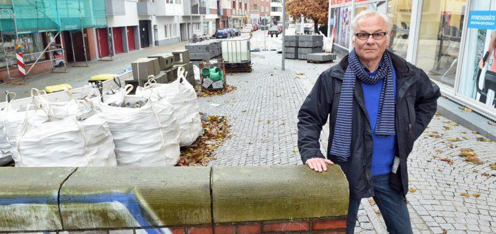 Thomas von Zabern und seine Nachbarn kritisieren, dass der gesamte Platz am Ende der Osterstraße gepflastert wurde. Zudem fordern sie ein Geländer statt der Mauer. Foto: Schlie