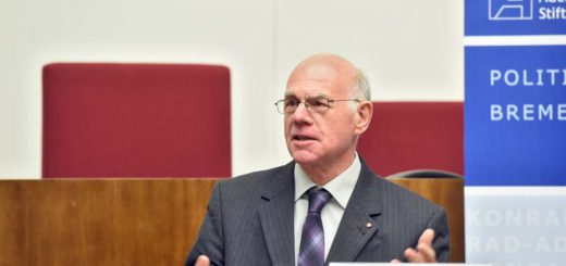 Norbert Lammert redet im Plenarsaal der Bremischen Bürgerschaft.