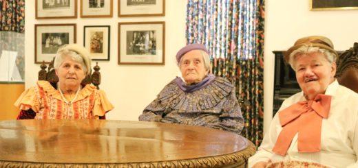 Kaffeekränzchen in historischen Kostümen. In der Mitte posiert die 103 Jahre alte Erika Ruppe.Foto: Menger