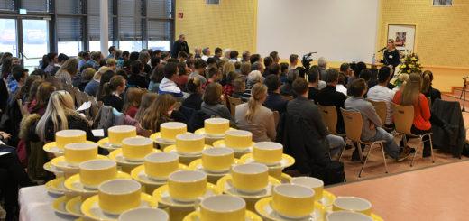 An der Feierlichkeit im Maxe-Campus nahmen neben vielen Schülern, Lehrern und Eltern, auch auswärtige Gäste teil. Ehrengast war Prof. Klaus von Klitzing, Nobelpreisträger für Physik von 1985.Foto: Konczak